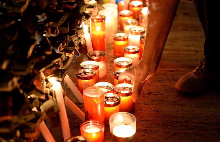 Uma vigília em Sliema, Malta, para Daphne Caruana Galizia, uma blogger crítica assassinada por uma bomba colocada no seu carro em outubro de 2017. (AFP / Matthew Mirabelli)