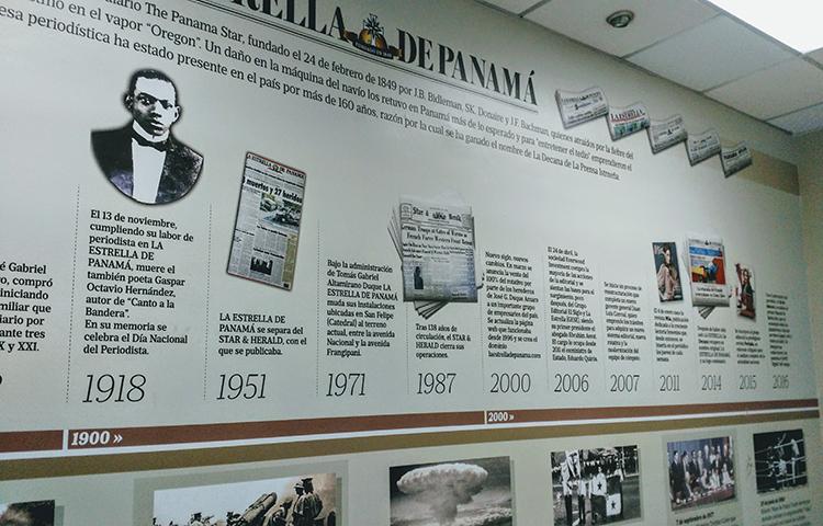 Un cronograma en la pared de la oficina de La Estrella de Panamá destaca algunas fechas importantes en la historia del diario. (CPJ/Natalie Southwick)