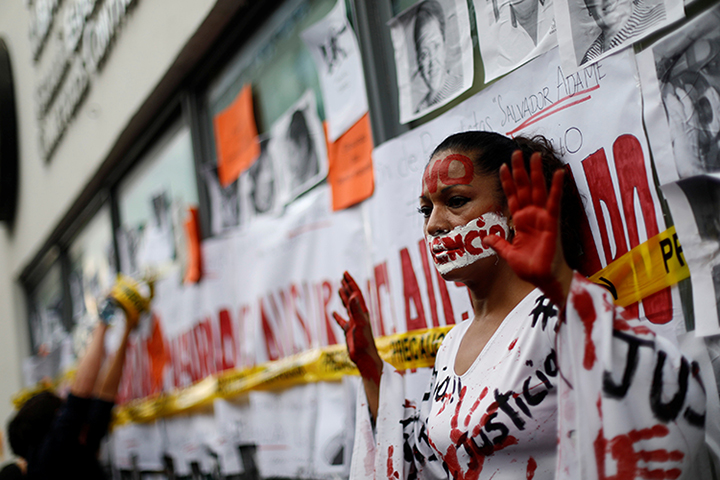 An activist takes part in a demonstration against the murder of journalists in Mexico, in Mexico City, Mexico on June 15, 2017. An icebox containing two unidentified severed heads and a threatening message was discovered outside a broadcaster's offices in Guadalajara. (Reuters/Edgard Garrido)