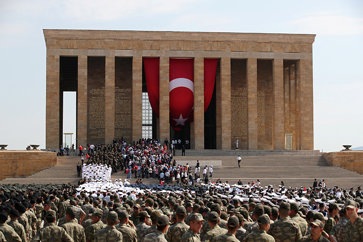 People and soldiers visit the mausoleum of Mustafa Kemal Ataturk during a ceremony marking the 95th anniversary of Victory Day in Ankara, Turkey August 30, 2017. Turkish authorities on October 21 released three journalists who they detained last week during house raids that targeted leftist and pro-Kurdish media in Ankara. (Reuters/Umit Bektas)