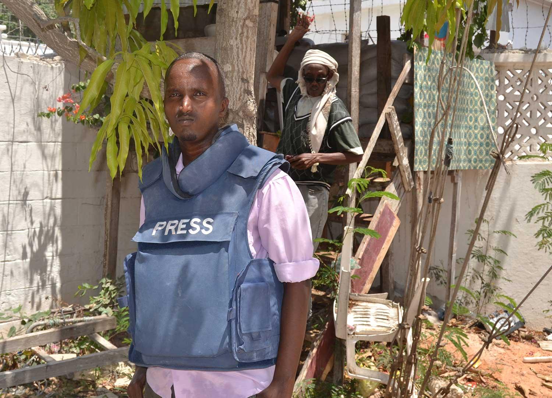 Abdiaziz Ali, retratado no complexo da Rádio Shabelle em Mogadíscio em março de 2014. O jornalista da emissora foi morto a tiros em 2016. (AP / Farah Abdi Warsameh)