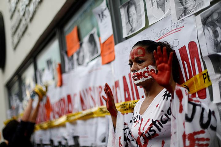 Ativista participa de um protesto contra o assassinato de jornalistas no México, na Cidade do México, em 15 de junho de 2017. Uma caixa de gelo contendo duas cabeças decapitadas de pessoas não identificadas, junto com uma mensagem ameaçadora, foi descoberta em frente à sede de uma cadeia de TV em Guadalajara. (Reuters/Edgard Garrido)