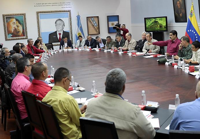 El presidente de Venezuela, Nicolás Maduro (tercero de la derecha) habla en una reunión con sus ministros en Caracas, Venezuela, el 1 de noviembre de 2017. El CPJ instó a las autoridades venezolanas a investigar con transparencia y exhaustividad la desaparición del reportero gráfico independiente venezolano Jesús Medina Ezaine. (Palacio de Miraflores/Reuters)