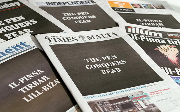 En una demostración de unidad luego del asesinato de la bloguera maltesa Daphne Caruana Galizia, los periódicos de ese país llevan la consigna 'La pluma conquista el miedo' el 22 de octubre. (AFP/Matthew Mirabelli)