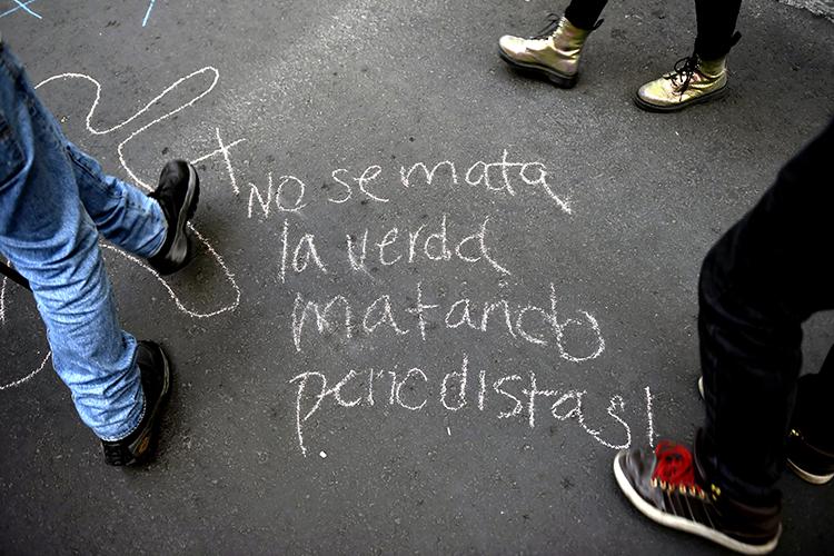 صحفيون يشاركون في تظاهرة احتجاجية في مدينة مكسيكو سيتي في 15 يونيو/ حزيران بمناسبة مرور شهر على مقتل الصحفي الاستقصائي خافيير فالديز كارديناس. وتُعتبر المكسيك البلد الأشد فتكاً بالصحفيين بين البلدان التي لا تشهد نزاعات مسلحة. (وكالة الأنباء الفرنسية/ بيدرو باردو)