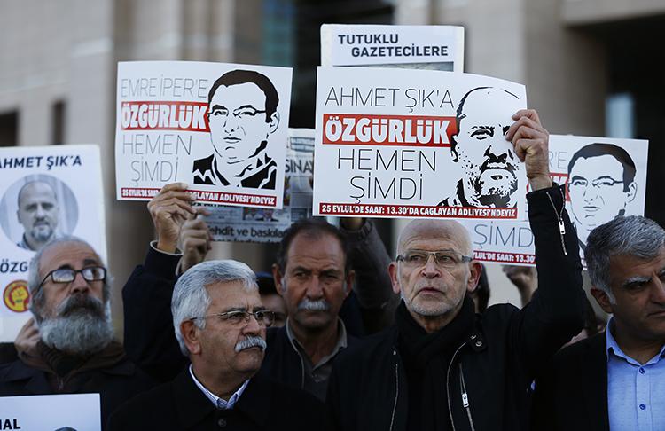 صحفيون ومتظاهرون يرفعون لافتات خارج محكمة في إسطنبول في 31 أكتوبر/ تشرين الأول 2017، للمطالبة بالإفراج عن زملائهم، بمن فيهم المراسل الصحفي التركي أحمت جيك. وكانت تركيا هي البلد الذي يسجن أكبر عدد من الصحفيين في العالم في عام 2017. (أسوشيتد برس/ ليفتيريس بيتراكيس)