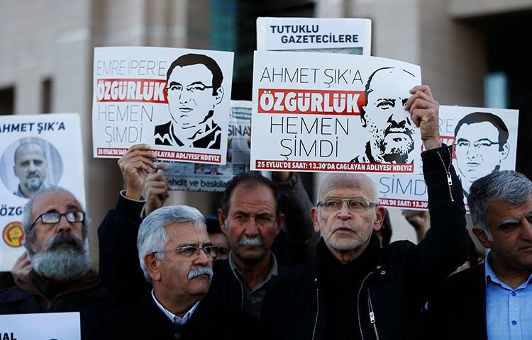 Gazeteciler ve protestocular 31 Ekim 2017 günü bir İstanbul mahkemesinin önünde pankartlarıyla aralarında Türkiyeli muhabir Ahmet Şık'ın da bulunduğu hapis meslektaşlarının serbest bırakılmalarını talep ediyorlar. Türkiye 2017 yılında en çok gazeteci hapseden ülkeydi. (AP/Lefteris Pitarakis)