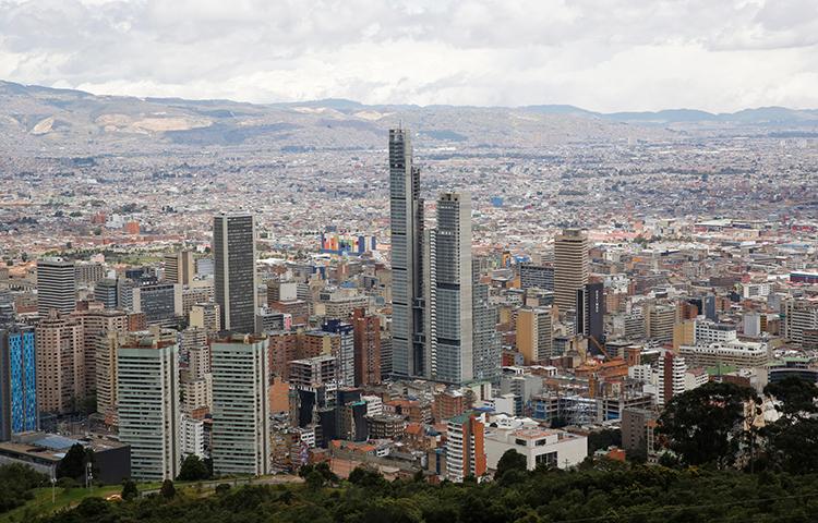 Uma visão de Bogotá, capital da Colômbia, em 3 de setembro de 2017. O prefeito de uma pequena cidade na Colômbia ameaçou um jornalista e disparou contra ele, informou o repórter ao CPJ. (Reuters / Henry Romero)