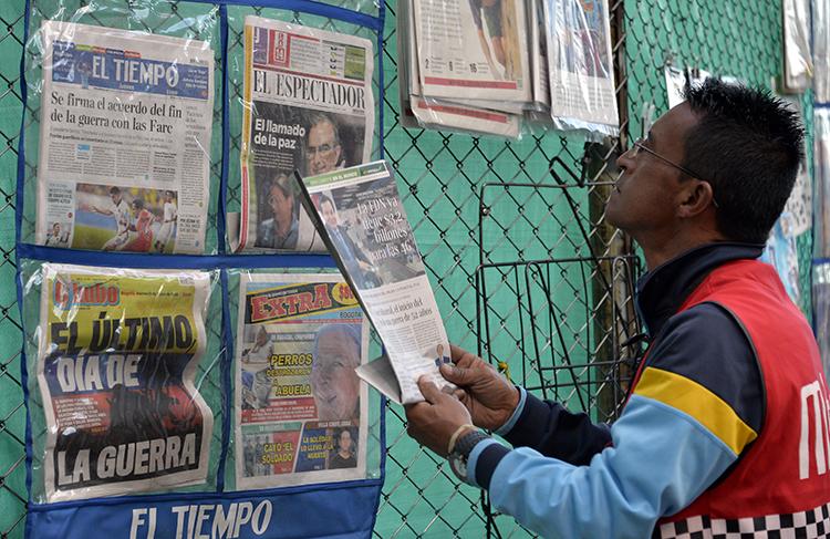 Um comerciante exibe jornais no centro de Bogotá, em 23 de junho de 2016. Um tribunal da Colômbia ordenou a uma revista com sede na cidade que revele suas fontes. (AFP / Guillermo Legaria)