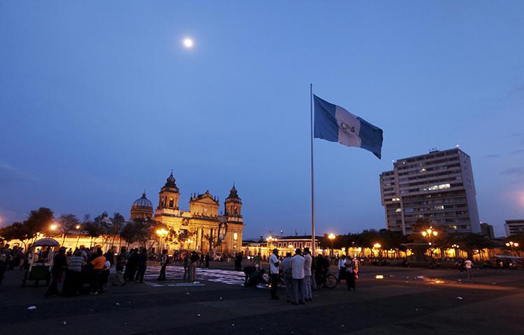 La gente se reúne en la Plaza de la Constitución en el centro de la Ciudad de Guatemala, en agosto de 2015. Los cuerpos de dos comunicadores, Laurent Ángel Castillo Cifuentes y Luis Alfredo de León Miranda, fueron encontrados en una finca en las afueras de la ciudad de Santo Domingo, en el suroccidental departamento guatemalteco de Suchitepéquez, el 1 de febrero de 2018. (Reuters / Jose Cabezas)