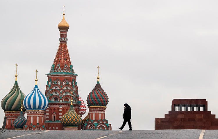 A police officer walks along the Red Square in Moscow, Russia in November 2017. Russia's Federal Security Service searched journalist Pavel Nikulin's Moscow apartment in relation to his article on a Russian man who said he fought with Islamic State militants in Syria. (Reuters/Grigory Dukor)