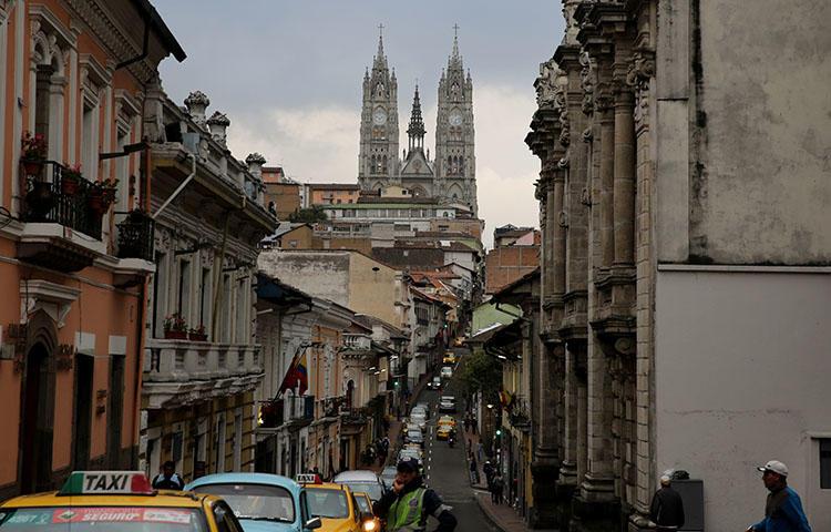 A polícia controla o tráfego em uma rua na capital do Equador, Quito, em fevereiro de 2017. Três membros de uma equipe de reportagem foram sequestrados em 26 de março enquanto faziam reportagens na província de Esmeraldas, no norte do país, segundo informações da imprensa. (Reuters/Mariana Bazo)