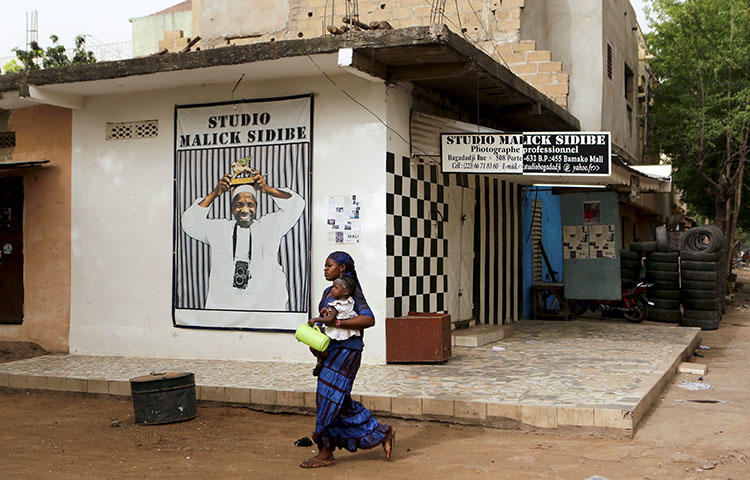 A woman holds her child in Bamako, Mali in April 2016. Malian police on February 22, 2018, arrested three journalists from the privately owned MaliActu news website in the capital Bamako, according to local media reports. (Reuters/Joe Penney)