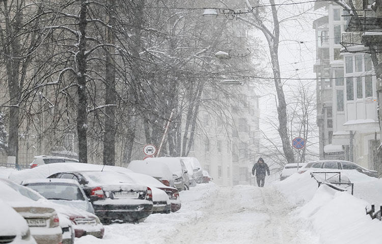 A snow-covered street in central Kiev, Ukraine in March 2018. Ukrainian authorities confiscated journalist Fikret Huseynli's travel documents as he was attempting to fly out of Kiev in October 2017. (Reuters/Gleb Garanich)