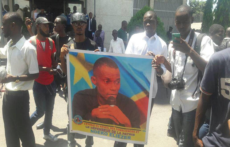Congolese journalists stand in solidarity with imprisoned journalist Eliezer Ntambwe in front of the DRC's Prosecutor General's Office in Kinshasa on April 3, 2018. (Credit withheld)