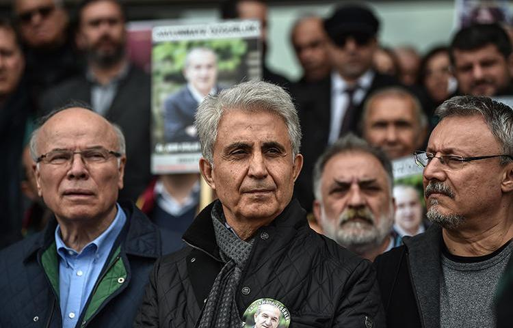 Cumhuriyet cartoonist Musa Kart, center, and colleagues stand outside an Istanbul courthouse in March 2018. A court in April convicted Kart and several of his colleagues of aiding a terrorist organization. (AFP/Ozan Lose)