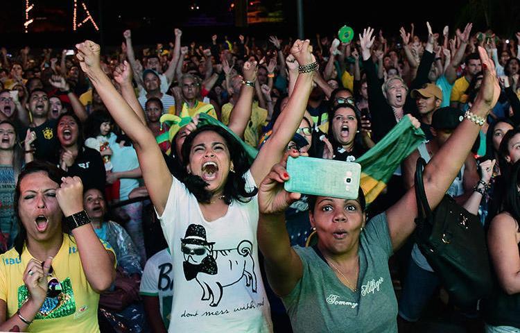 Fãs assistem à partida de futebol dos Jogos Olímpicos Rio entre Brasil e Alemanha em agosto de 2016. Jornalistas esportivos do sexo feminino do Brasil fazem campanha pelo fim do assédio que enfrentam durante as partidas.(AFP/Tasso Marcelo)