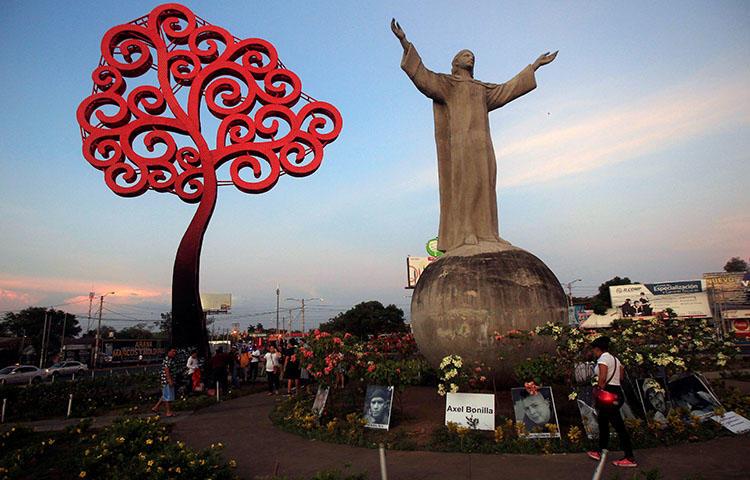 Un monumento conmemorativo en Managua, Nicaragua, a los manifestantes asesinados durante las protestas contra el plan del gobierno nicaragüense de reformas a las pensiones. Al menos un periodista fue asesinado mientras cubría las protestas, según informes de prensa. (Reuters / Jorge Cabrera)