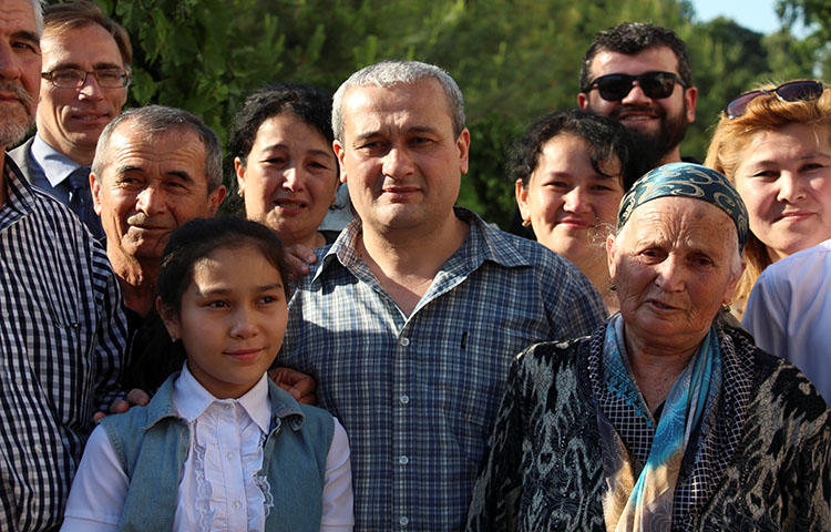 Uzbek journalist Bobomurod Abdullayev (center), was acquitted and released from state custody on May 7, 2018. (Reuters/Mukhammadsharif Mamatkulov)
