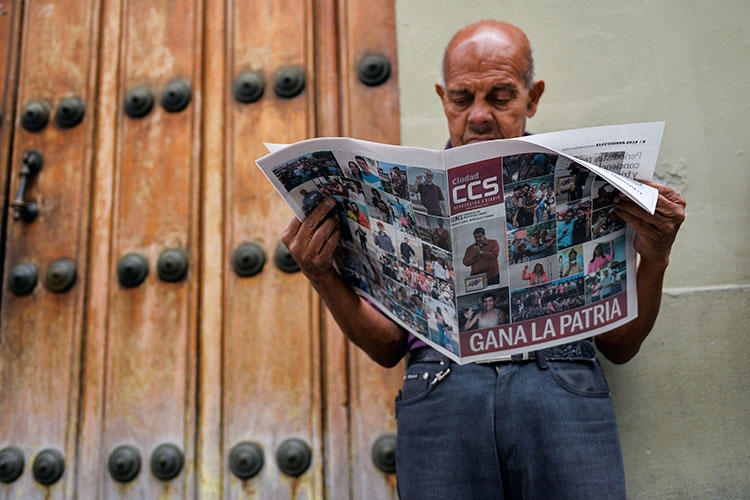 A man reads a newspaper referring to the victory of re-elected President Nicolas Maduro in the Venezuelan presidential election in Caracas, on May 21, 2018. The Venezuelan national telecommunications regulator on May 22 opened an investigation into content published on the website of El Nacional, the country's biggest independent daily newspaper. (Luis Robayo/AFP)
