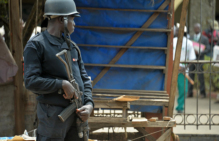 A police officer stands guard in Bamenda on February 22, 2018. Authorities in the city are detaining an Abakwa FM journalist over claims he aired secessionist propaganda. (AFP/Reinnier Kaze)