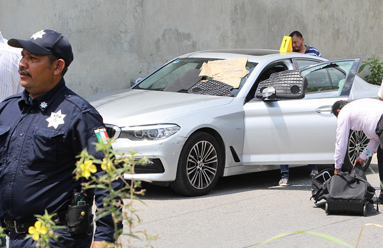 Investigadores examinam a cena do crime onde o jornalista mexicano Juan CarlosHuerta foi morto a tiros em Villahermosa, no estado de Tabasco, México, em 15 demaio. (AFP / Carlos Perez)