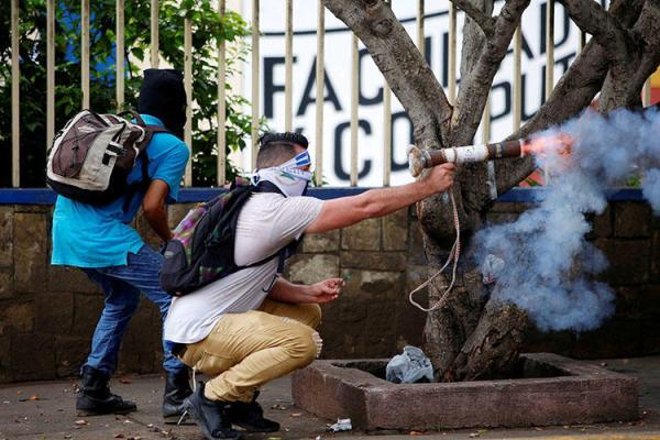 Manifestante dispara morteiro caseiro contra a polícia durante um protesto contra o governo do presidente Daniel Ortega, em Manágua, Nicarágua, em 28 de maio de 2018. No mesmo dia, civis atacaram e incendiaram uma estação de rádio pró-governo em Manágua. (Oswaldo Rivas / Reuters)