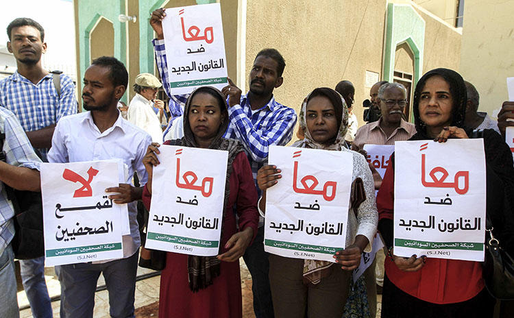 Sudanese journalists protest against a proposed new press law in the capital Khartoum on November 15, 2017. Sudanese authorities on June 6, 2018, prevented distribution of Al-Jarida newspaper. (AFP/Ebrahim Hamid)
