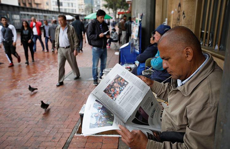 Un hombre lee un periódico en Bogotá en mayo. Una corte internacional le ordenó al Estado colombiano buscar justicia adecuada por un radialista asesinado en 1998. (Reuters/Jaime Saldarriaga)