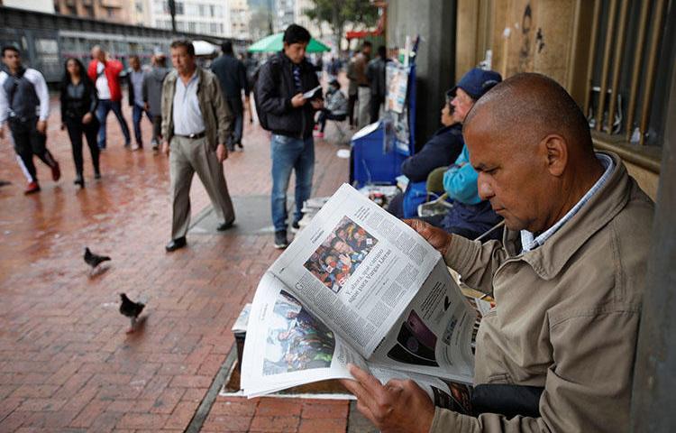 Em Bogotá, um homem lê um jornal em maio. Uma Corte Internacional ordenou que a Colômbia busque justiça adequada para o assassinato de um jornalista de rádio em 1998. (Reuters/Jaime Saldarriaga) (Reuters/Jaime Saldarriaga)