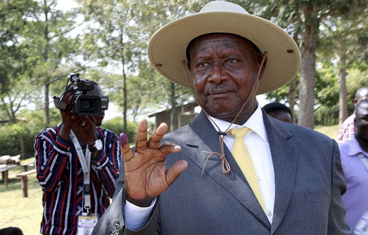 Ugandan President Yoweri Museveni displays his inked finger after voting on February 18, 2016. In June 2018, Museveni and government officials verbally attacked and threatened the Ugandan media. (Reuters/James Akena)