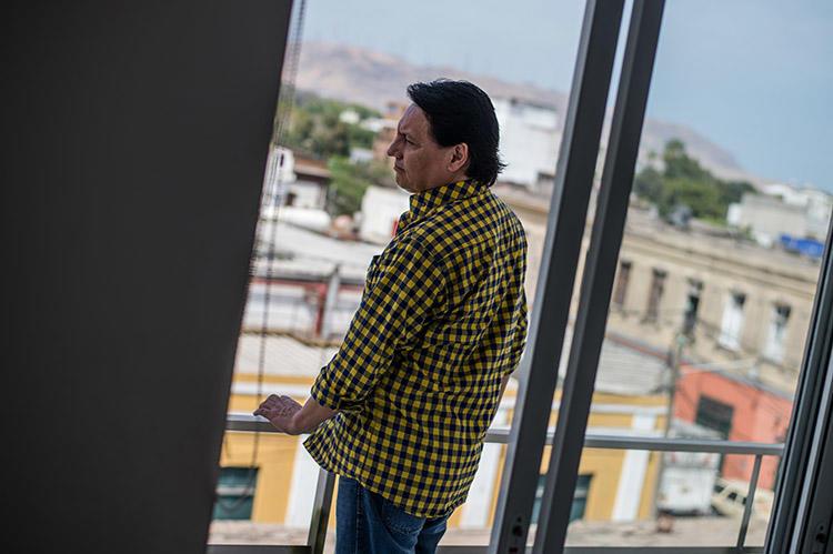 Fernando Villavicencio, retratado en Lima en abril de 2017. El periodista investigativo huyó a Perú en 2016 después de que un juez expidiera una orden de arresto contra él. (AFP/Ernesto Benavides)