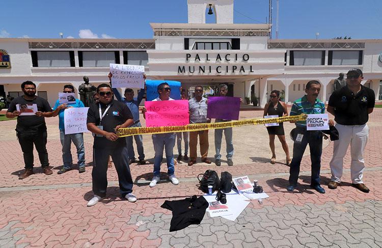 Jornalistas protestam pelo assassinato do colega José Guadalupe Chan Dzib em frente à Prefeitura de Playa del Carmen, estado de Quintana Roo, México, em 30 de junho de 2018. Chan foi morto a tiros no dia 29 de junho em Sabán, em Quintana Roo. (AFP/Joel Tzab)