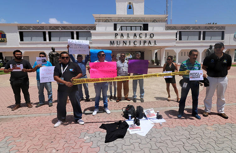 Journalists protest for the murder of colleague José Guadalupe Chan Dzib outside the City Hall in Playa del Carmen, Quintana Roo state, Mexico, on June 30, 2018. Chan was shot dead on June 29 in Sabán, in Quintana Roo. (AFP/Joel Tzab)