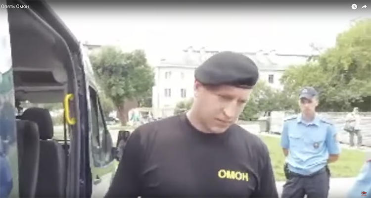 A screenshot from the livestream Sergey Petrukhin filmed as police questioned and then detained the blogger outside his apartment building.