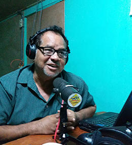 El periodista radial Leo Cárcamo hosts un programa en la sede temporal de Radio Darío (Shannon O'Reilly)