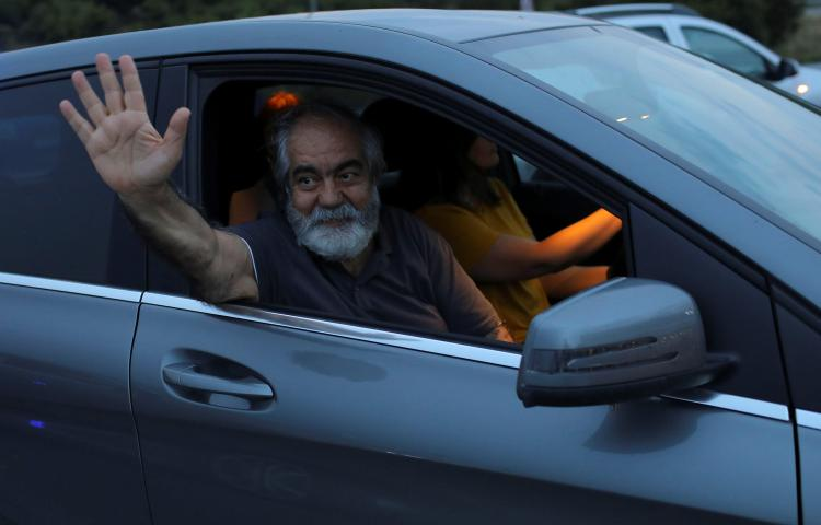 Journalist Mehmet Altan waves after being released from the prison in Silivri, near Istanbul, Turkey on June 27, 2018. (Reuters/Huseyin Aldemir)
