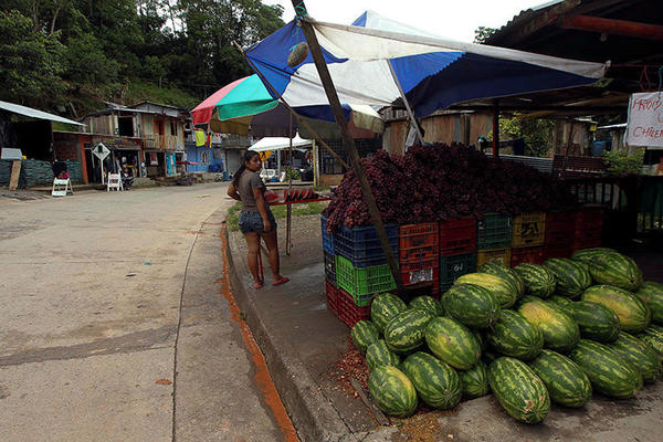 A fruit vendor in El Putumayo, Colombia, on October 9, 2016. Colombian journalists received series of threats over 72 hours starting July 14, 2018. (Reuters/Guillermo Granja)
