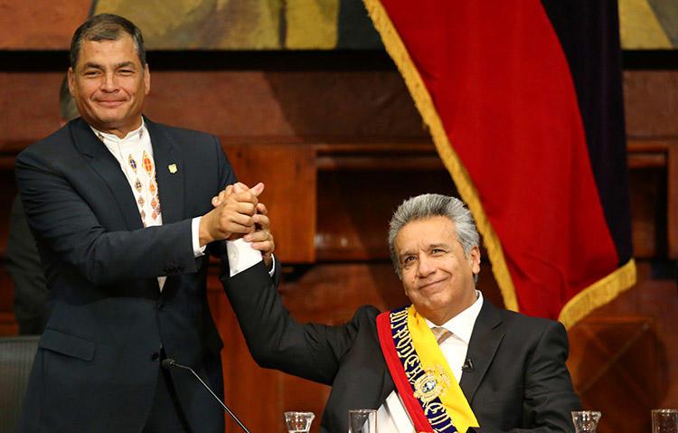 El expresidente ecuatoriano Rafael Correa, a la izquierda, felicita a su sucesor, Lenín Moreno, en su investidura en mayo de 2017. Moreno ha intentado mejorar las relaciones con los medios. (Reuters/Mariana Bazo)