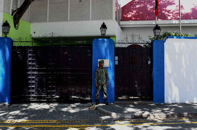 A Maldives soldier stands guard outside Maldivian President Abdulla Yameen Abdul Gayoom's residence in Male on February 8, 2018. The Maldives Broadcasting Commission on August 8 fined Raajje TV for airing material the commission said was defamatory toward the president and threatened national security, according to news reports. (AFP)
