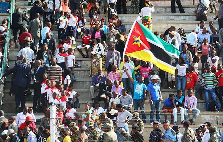 Moçambicanos celebram o 25º aniversário da independência do seu país de Portugal em 25 de junho de 2015, em Maputo. O governo moçambicano impôs taxas elevadas aos meios de comunicação independentes em 23 de julho de 2018. (AFP / Adrien Barbier)