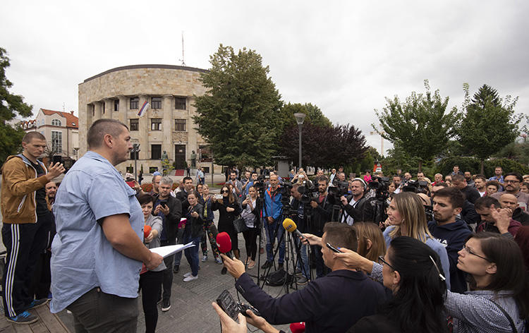 Bosnian journalists gather at the main square in Banja Luka, Bosnia, on August 27, 2018, to protest against an attack on journalist Vladimir Kovacevic of independent television station BNTV. (AP Photo/Radivoje Pavicic)