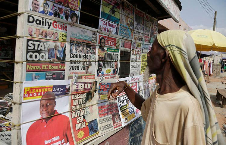 A newsstand in Ghana's capital, Accra, in 2016. Attackers abducted and beat a reporter for the Ghana News Agency on August 27 over his critical coverage of an opposition politician in Bawku. (AP/Sunday Alamba)
