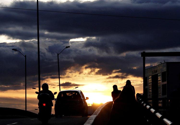 Un puente durante la puesta de sol en Bogotá, Colombia, en mayo de 2018. Un tribunal de Bogotá sentenció a José Miguel Narváez a 30 años de prisión por instigar el asesinato del periodista, humorista y activista de paz colombiano Jaime Garzón. (Reuters / Henry Romero)