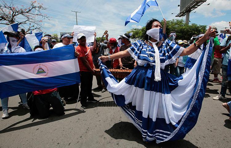 Manifestantes antigovernamentais participam de uma manifestação contra o governo do presidente da Nicarágua Daniel Ortega em Manágua, Nicarágua, em 15 de agosto de 2018. Na semana seguinte, o governo nicaraguense lançou uma campanha de perseguição contra a emissora independente Canal 10. (Reuters/Oswaldo Rivas)