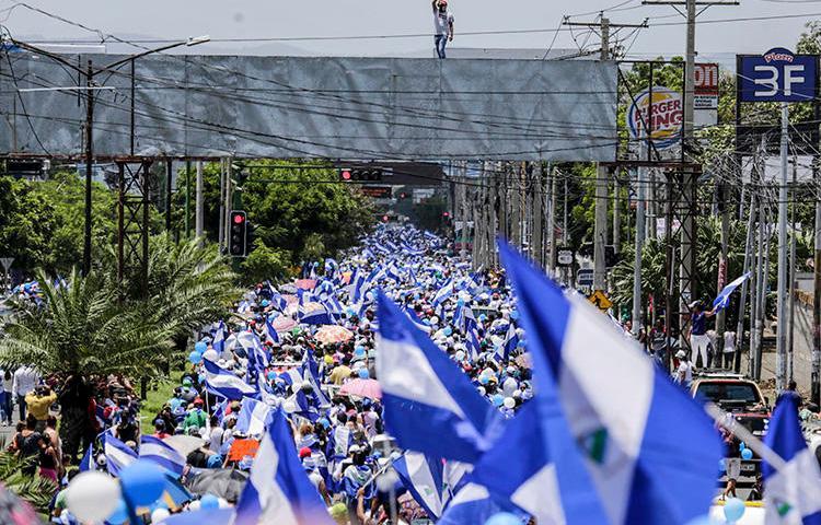 La gente se manifiesta durante una protesta contra el gobierno del presidente de Nicaragua, Daniel Ortega en Managua, la capital, el 16 de septiembre de 2018. Una campaña de acoso digital atacó a un periodista independiente en Nicaragua a partir del 16 de septiembre. (AFP / Inti Ocon)