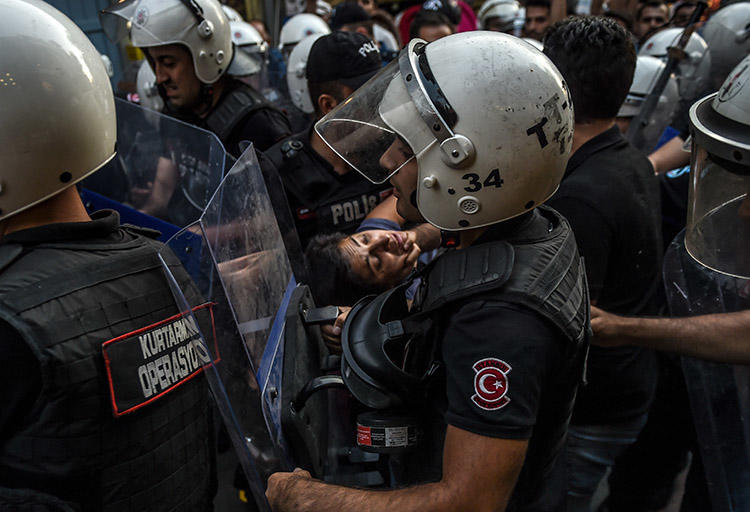 Turkish police make arrests during a protest over labor conditions at Istanbul's new airport on September 15. AFP photographer Bülent Kılıç, who took this image, was among those detained. (AFP/Bülent Kılıç)