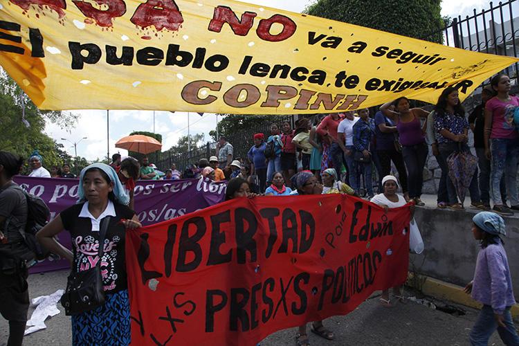 Amigos y activistas se congregan frente al tribunal para exigir justicia por la muerte de la activista ecologista Berta Cáceres, en Tegucigalpa, Honduras, el 17 de septiembre de 2018. Una periodista freelance británica que informa sobre el juicio fue amenazada el 17 de septiembre. (Foto de AP/Fernando Antonio)
