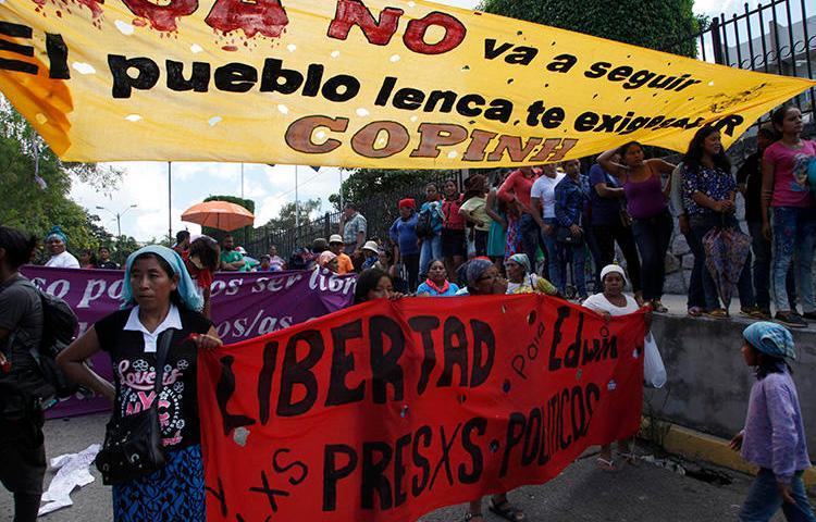 Amigos e ativistas se reúnem em frente à sala do tribunal para pedir justiça pelo assassinato da ativista ambiental Berta Cáceres, em Tegucigalpa, Honduras, em 17 de setembro de 2018. Uma jornalista britânica cobrindo o julgamento foi ameaçada no dia 17 de setembro (AP Photo / Fernando Antonio)