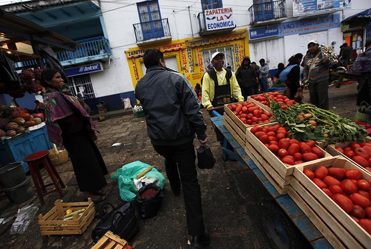 Vendedores e clientes caminham em um mercado em San Cristóbal de las Casas, em Chiapas, no México, em 31 de dezembro de 2013. Um jornalista mexicano foi morto a tiros em Chiapas em 21 de setembro de 2018. (Reuters/Claudia Daut)